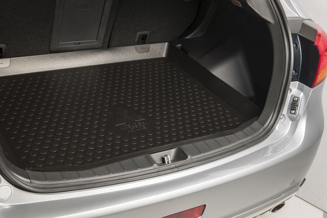 Bac de coffre avec rebords et logo Mitsubishi Motors