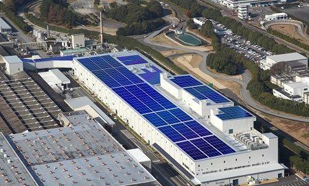 Installation d'un système photovoltaïque de toit à l'usine Okazaki au Japon